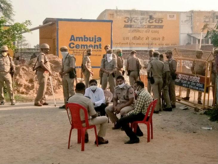 पीड़ित के गांव के बाहर पुलिस ने बैरिकेड लगा रखे हैं।