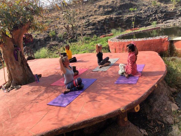 इंदौर के पास चोरल में योग सिखाते पं. मिश्रा। विदेशों से कई लोग यहां योग सीखने आते हैं।