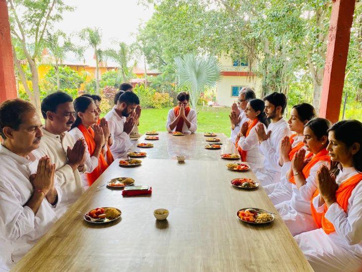 योग के साथ भारतीय परंपराओं के साथ जीवन जीने पर पं. मिश्रा काफी जोर देते हैं।