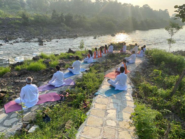 सत्यधारा योगा लाइफ आश्रम में योगा क्लासेस में लोगों को प्रकृति को निकट से महसूस करने का मौका दिया जाता है।
