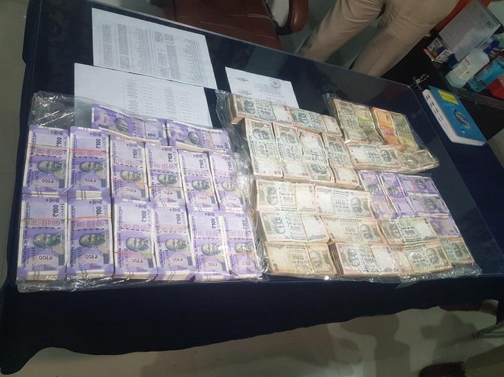 पकड़े गए आरोपी अमलीडीह निवासी विशाल दौलतानी के पास से एक बैग में 6.43 लाख रुपए भी बरामद हुए।
