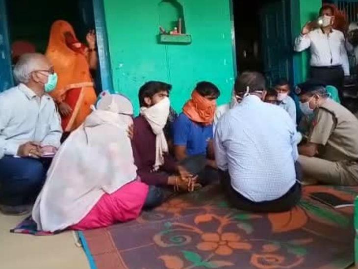 अपर मुख्य सचिव ने परिवार से मिलने के बाद कहा- उनकी हर शिकायत की एसआईटी जांच करेगी; मां का आरोप- आखिरी बार बेटी का मुंह भी नहीं दिखाया|उत्तरप्रदेश,Uttar Pradesh - Dainik Bhaskar