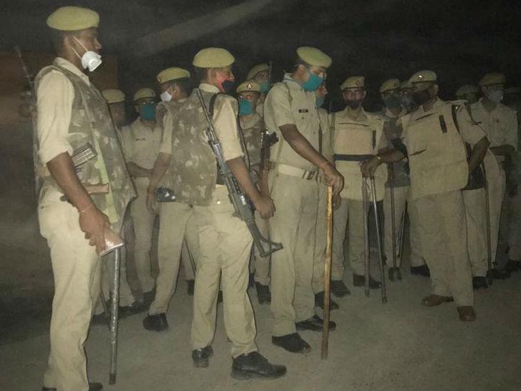 गांव में भारी संख्या में पुलिस बल की मौजूदगी है। किसी को भी गांव में जाने की अनुमति नहीं है।