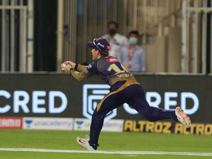 कोलकाता नाइट राइडर्स के इयोन मॉर्गन एक कैच पकड़ते हुए।