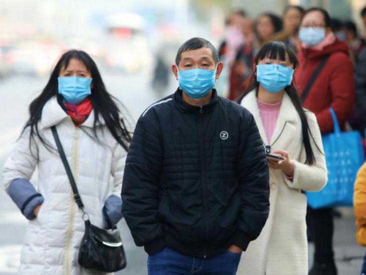 चीन की राजधानी बीजिंग में मौजूद लोग। शुक्रवार को यहां लगातार दूसरे दिन 10 मामले सामने आए। 4 की पुष्टि होनी बाकी है। (फाइल)