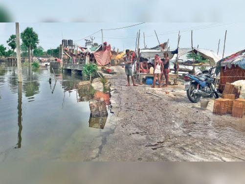 Gosi-Amnaur road breaks 60 feet in Tej Dhar, water on Madhaura-Chapra road | छपरा में गोसी-अमनौर सड़क तेज धार में 60 फीट टूटी, तटबंध को जोड़ने वाली सड़क भी क्षतिग्रस्त - Dainik