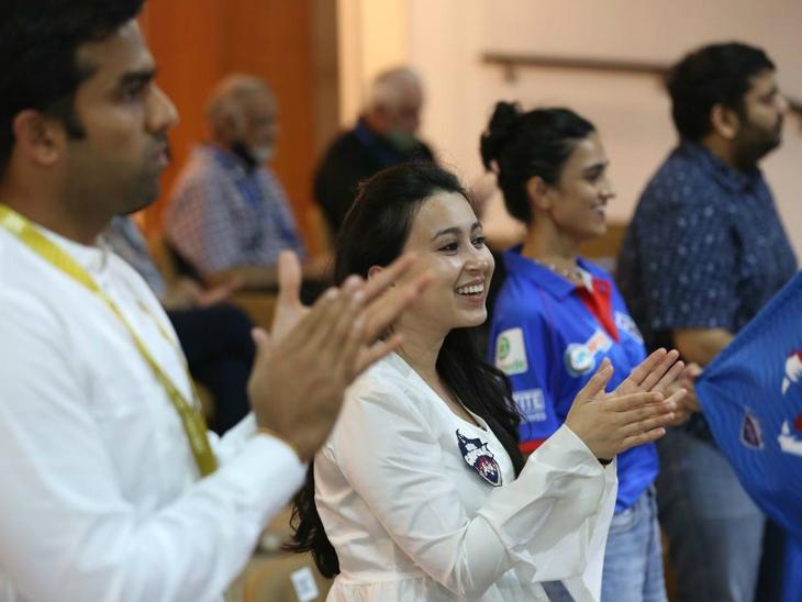 दिल्ली कैपिटल्स के मालिक पार्थ जिंदल पत्नी अनुश्री जसानी के साथ टीम का हौसला बढ़ाने पहुंचे।