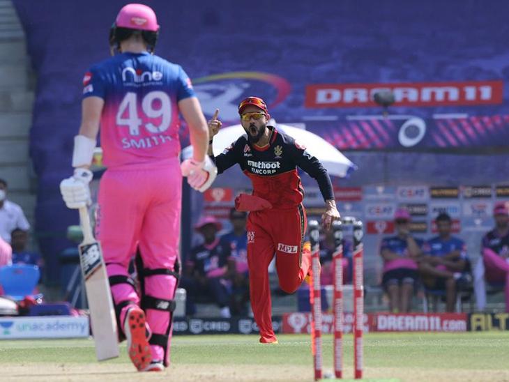 राजस्थान के कप्तान स्टीव स्मिथ के आउट होने के बाद खुशी जाहिर करते कोहली।
