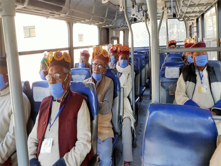 लाहौल के 15 बुजुर्ग पहले सफर पर निकले।