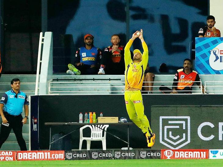 बाउंड्री पर चेन्नई के फाफ डु प्लेसिस ने हैदराबाद के कप्तान डेविड वॉर्नर का शानदार कैच लपका।