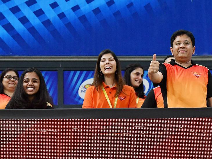 सनराइजर्स हैदराबाद की जीत का जश्न मनाते सपोर्ट स्टाफ।