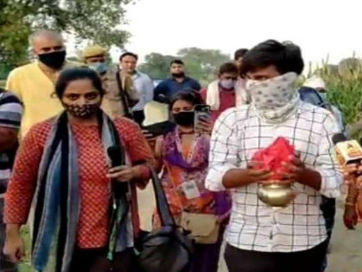 हाथरस गैंगरेप पीड़िता का शव प्रशासन ने आधी रात को जला दिया था। इसके बाद मचे बवाल के बीच आज डीजीपी और अपर मुख्य सचिव ने गांव का दौरा कर पीड़ित परिवार से मुलाकात की। - Dainik Bhaskar