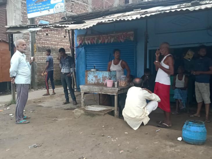 चाय की चुस्की लेते-लेते चच्चा कहते हैं- पार्टी वोट ले जाता रहा, विकास के नाम पर कुच्छो किया है?