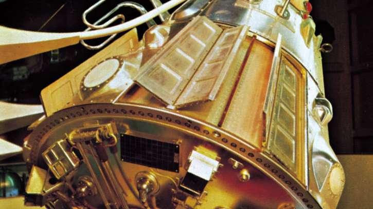 स्पूतनिक-1 जिसे सोवियत संघ ने अंतरिक्ष में भेजा था। यह दुनिया का पहला सैटेलाइट है जिसे सफलतापूर्वक पृथ्वी की कक्षा में स्थापित किया गया। इसके बाद ही रूस और अमेरिका में अंतरिक्ष में उपलब्धियां हासिल करने के लिए होड़ शुरू हुई थी।