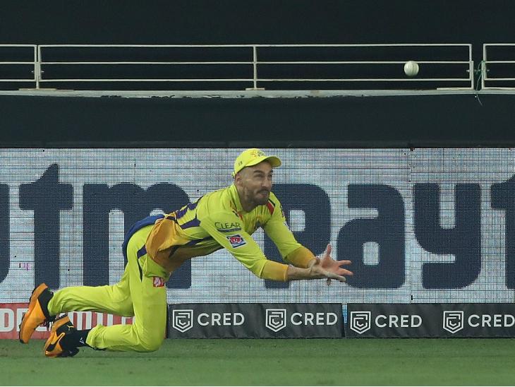 चेन्नई के फाफ डु प्लेसिस फील्डिंग के दौरान कैच पकड़ने की कोशिश करते हुए।
