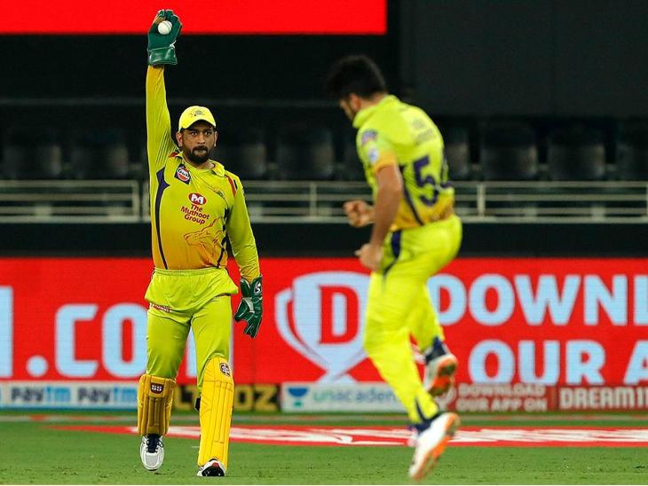 चेन्नई के कप्तान एमएस धोनी आईपीएल में 100 कैच पकड़ने वाले दूसरे विकेटकीपर बने।
