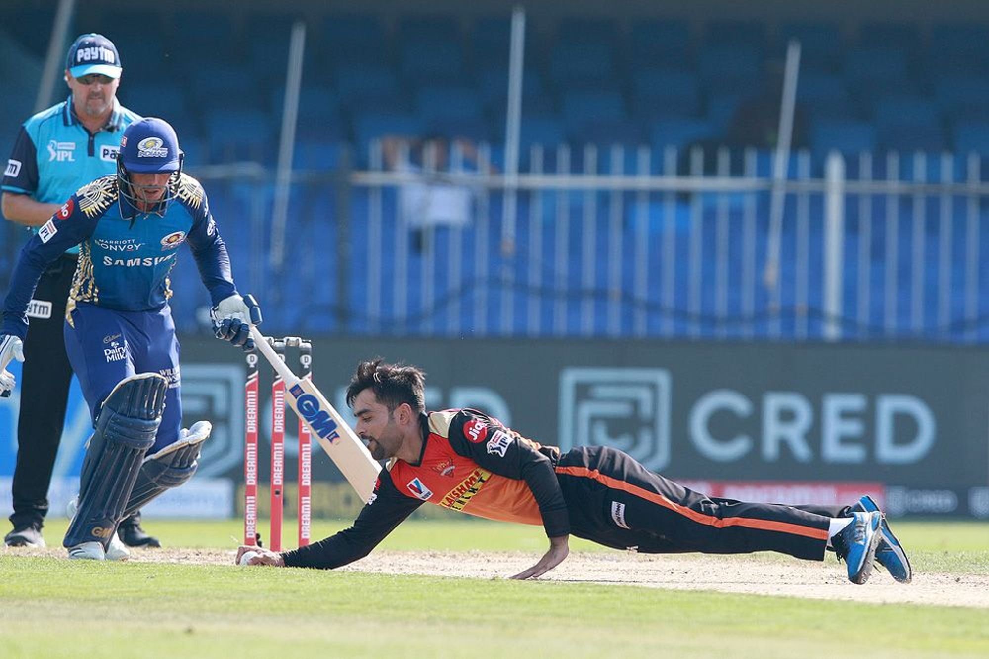 मुंबई के खिलाफ राशिद खान ने किफायती गेंदबाजी की। उन्होंने 4 ओवर में सिर्फ 22 रन दिए।