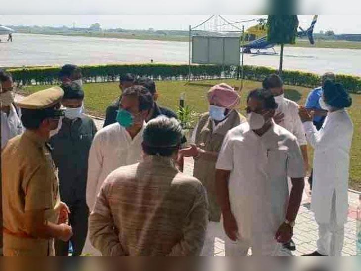 किसान बचाओ, खेती बचाओ ट्रैक्टर मार्च के लिए मोगा के कस्बा बधानी कलां में पहुंचे राहुल गांधी। उनके साथ पंजाब के सीएम कैप्टन अमरिंदर सिंह, पूर्व कैबिनेट मंत्री नवजोत सिंह सिद्धृ और अन्य नेता।