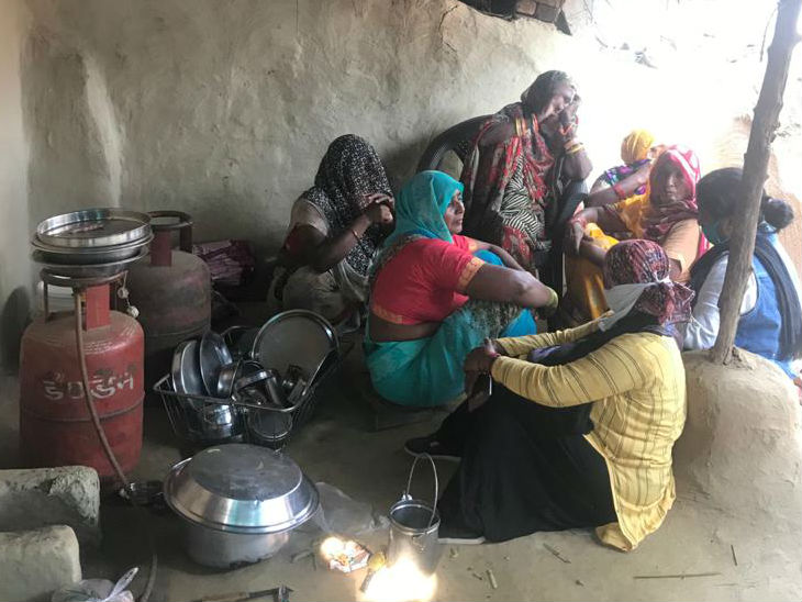 When the women of the family came to the kitchen and tried to cook, the media cameras once again turned towards them. The women went inside. Could not cook in the kitchen for another day.