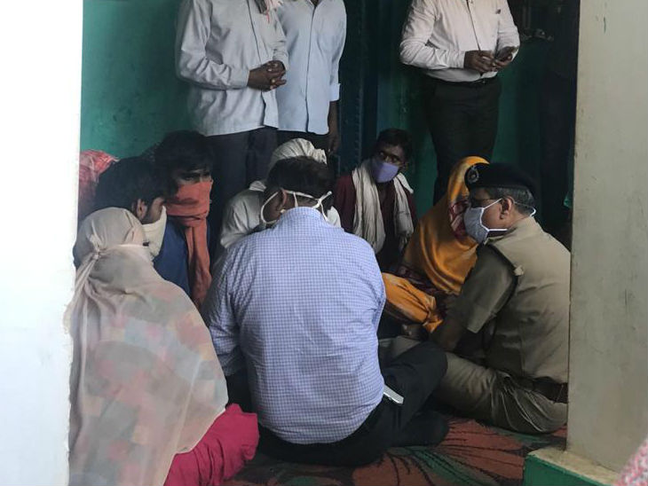 On Saturday, Uttar Pradesh DGP HC Awasthi and Additional Home Secretary Avnish Awasthi reached the victim's home.