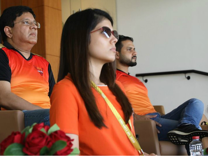मैच के दौरान सनराइजर्स हैदराबाद के ओनर कलानिधि मारन और काव्या मारन अपनी टीम का हौसला बढ़ाने पहुंचे।
