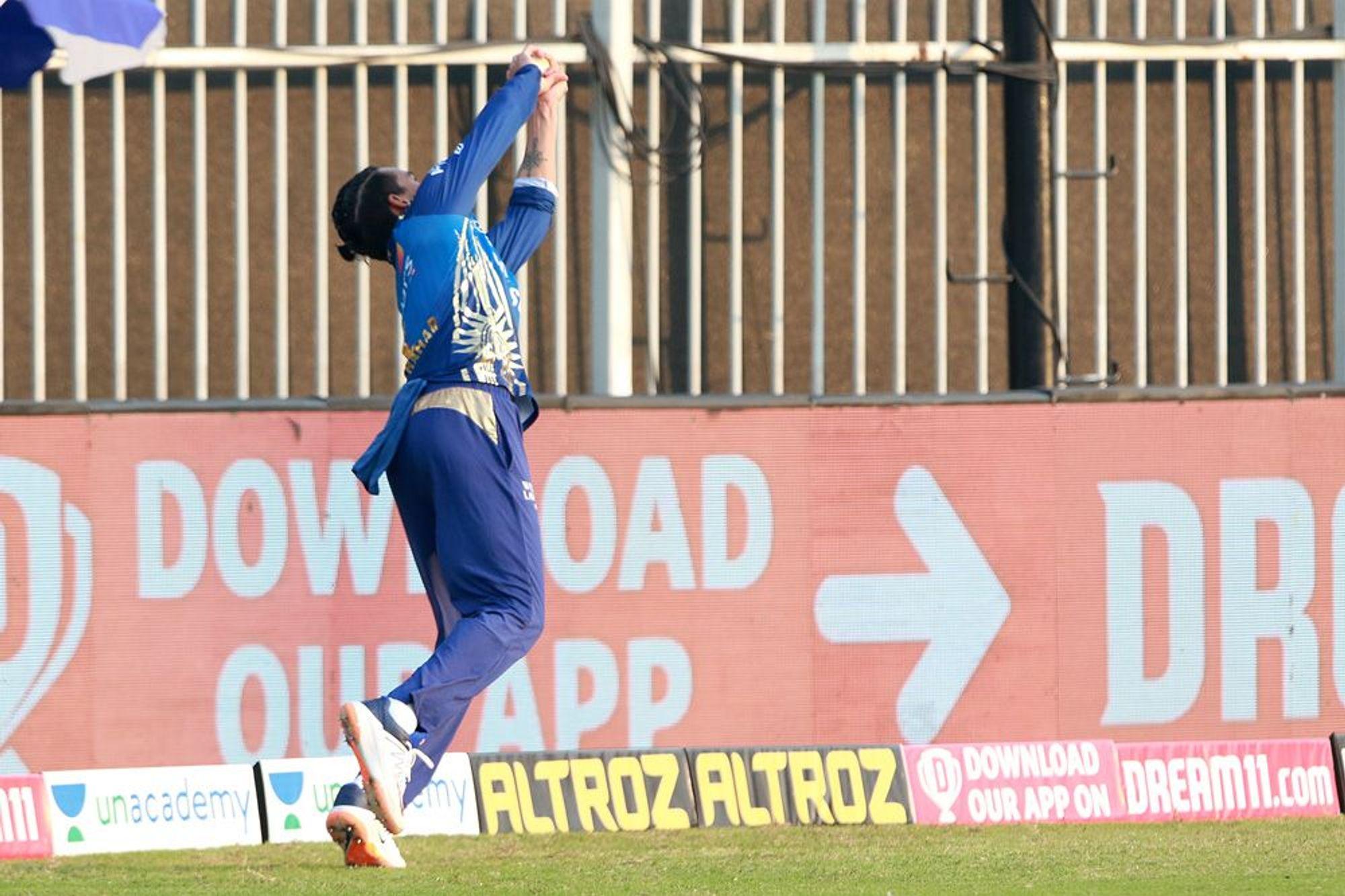 मुंबई के राहुल चाहर ने बाउंड्री पर हैदराबाद के प्रियम गर्ग का शानदार कैच पकड़ा।