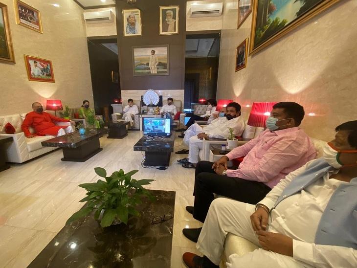दिल्ली में चल रही लोजपा की संसदीय बोर्ड की बैठक में शामिल नेता।