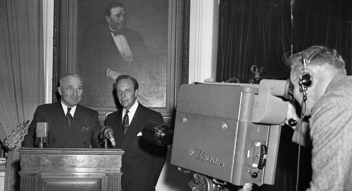 प्रेसिडेंट हैरी ट्रूमैन (बाएं) और प्रेसिडेंट्स सिटीजंस फूड कमेटी चेयरमैन चार्ल्स लकमैन 5 अक्टूबर 1947 को टीवी कैमरा के सामने खड़े दिख रहे हैं।