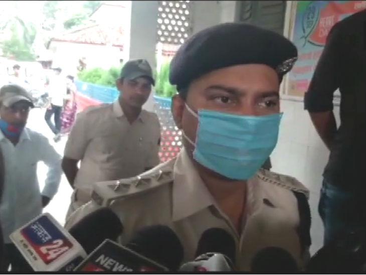 डीएसपी आनंद पांडे मौके पर पहुंचे। घटना के संबंध में जानकारी ली। उनका कहना था कि केस दर्ज कर लिया है। आरोपी जल्द गिरफ्तार किए जाएंगे।