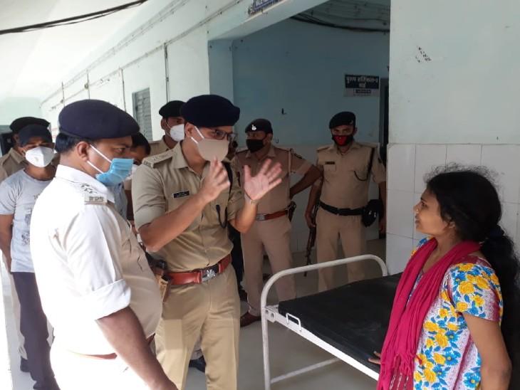 शक्ति की पत्नी खुशबू से पूछताछ करते एसपी विशाल शर्मा।