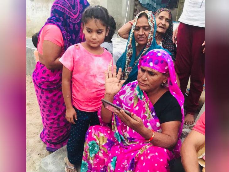 गांव की महिलाएं चंद्रशेखर रावण को नहीं जानती है इसलिए मोबाइल पर उसकी तस्वीर देख रही हैं।