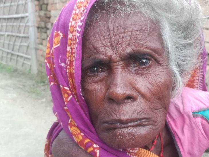 तस्वीर 70 साल की सुधो की है, जिन्हें कई सालों से वृद्धा पेंशन नहीं मिली है।