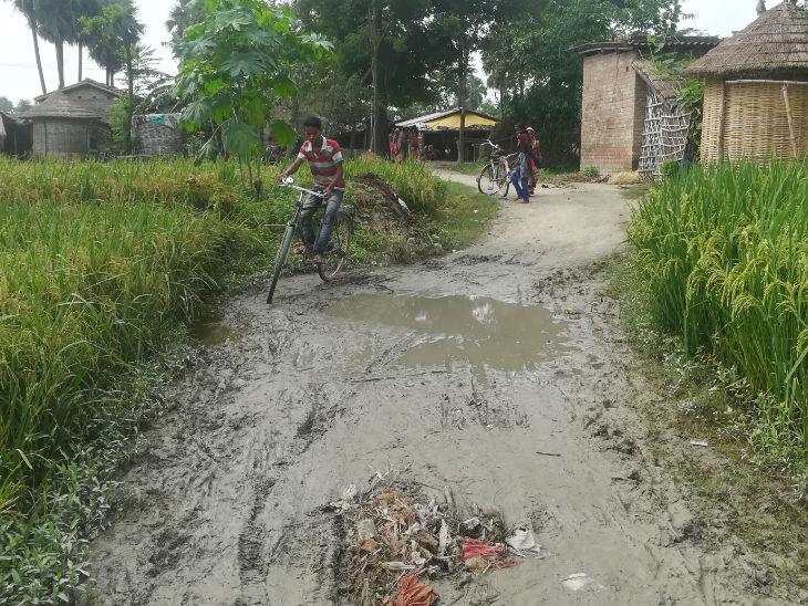 गांव में पक्की सड़क नहीं है। पिछले साल ईंट की सोलिंग होनी थी लेकिन अभी तक नहीं हो पाई है।