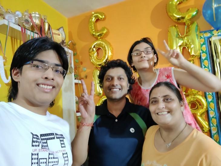 चिराग (बाएं) अपने परिवार के साथ।