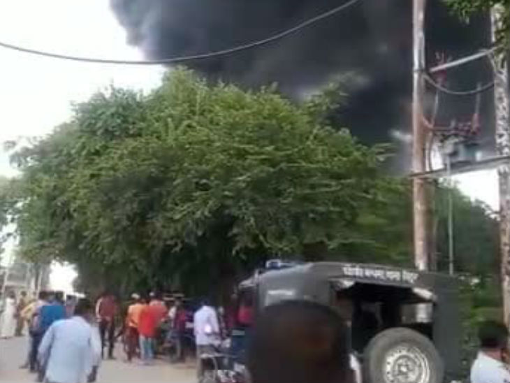 सात दमकल की गाड़ियों ने आग पर काबू पाया।