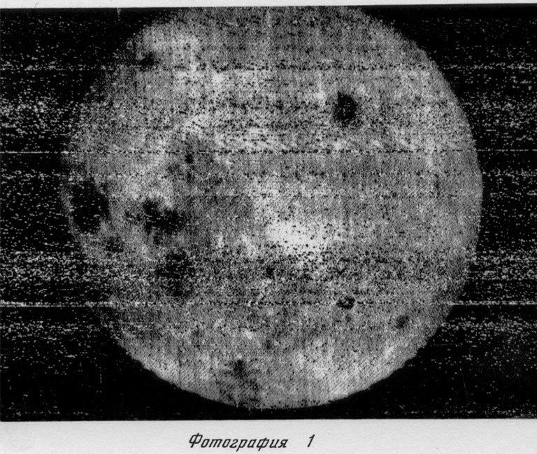 चांद के अंधेरे हिस्से को दिखाने वाली यह है पहली तस्वीर। इसे लूना-3 ने 1959 में खींचा था।