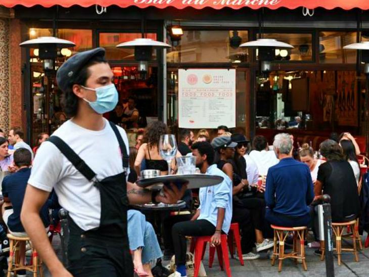 फ्रांस की राजधानी पेरिस में आखिरकार बार और रेस्टोरेंट्स बंद कर दिए गए हैं। सरकार ने एक हफ्ते पहले ही इस बारे में जानकारी दे दी थी। (फाइल)