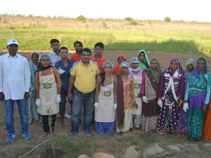 निहारिका की टीम में 15-20 लोग काम करते हैं। इनमें से ज्यादातर महिलाएं हैं जो अचार तैयार करने का काम करती हैं।