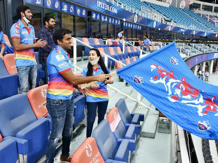 டெல்லி தலைநகரங்களின் உரிமையாளர் பார்த்தா ஜிண்டால் மற்றும் அவரது மனைவி அனுஷிரீ ஆகியோர் அணியை உற்சாகப்படுத்தினர்.