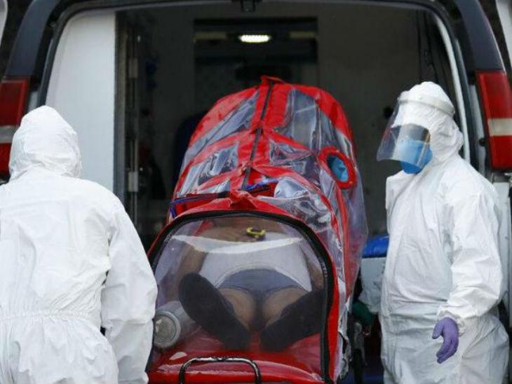 मैक्सिको की राजधानी न्यू मैक्सिको सिटी में संक्रमित मरीज को एंबुलेंस से उतारते हेल्थ वर्कर्स।