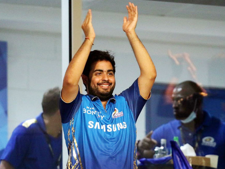 मुंबई इंडियंस को चीयर करते टीम के मालिक आकाश अंबानी।