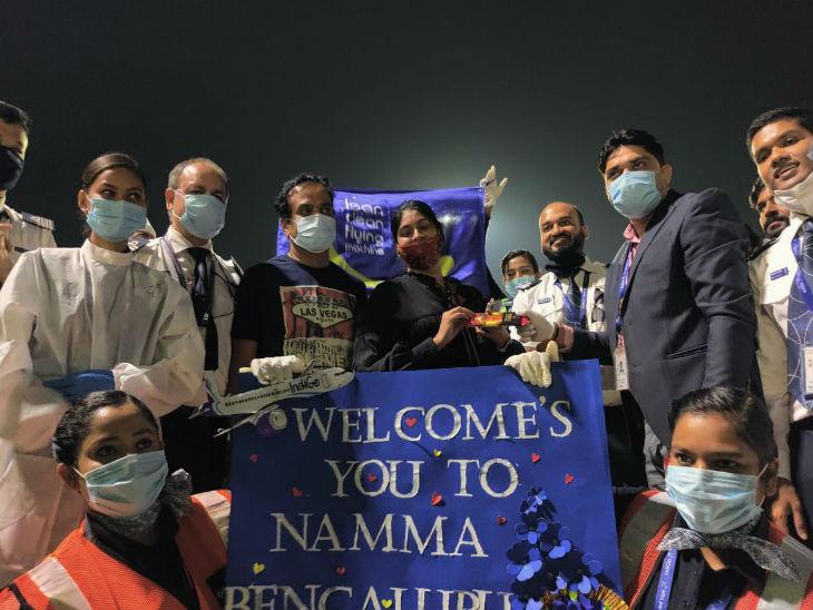 बेंगलुरु एयरपोर्ट पहुंचने पर बच्चे का कुछ इंडिगो स्टाफ ने कुछ इस तरह स्वागत किया।