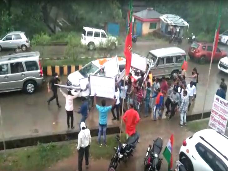 अनूपपुर में सभा करने पहुंचे कमलनाथ के काफिले को काले झंडे दिखाते भाजयुमो कार्यकर्ता।