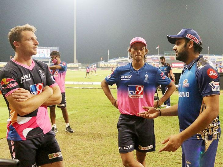 मैच के बाद मुंबई के कप्तान रोहित शर्मा राजस्थान के प्लेयर जोस बटलर और यशस्वी जायसवाल (बीच में) से बात करते हुए।