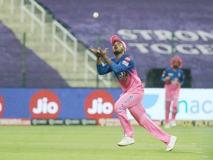 संजू सैमसन ने मुंबई के बल्लेबाज ईशान किशन का कैच लिया।