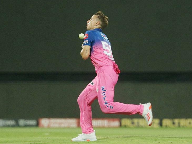 राजस्थान के टॉम करन ने हार्दिक पंड्या का आसान कैच छोड़ा।