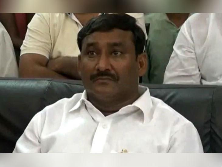 राजद विधायक अरुण यादव पर एक नाबालिग के साथ बलात्कार का आरोप है। वे अभी फरार चल रहे हैं।