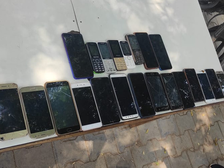 बदमाशों के पास से बरामद किए गए 22 मोबाइल फोन।
