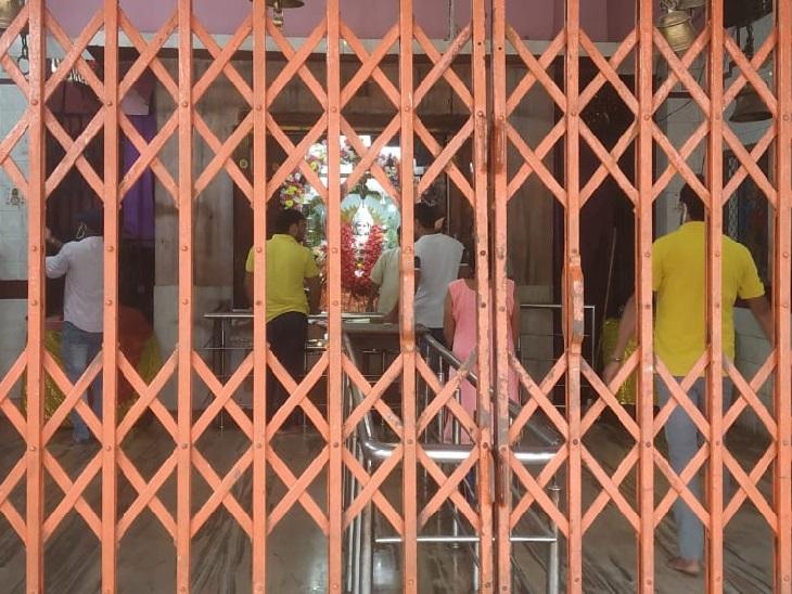 रांची के रातू रोड स्थित मंदिर में पूजा करते पुजारी।