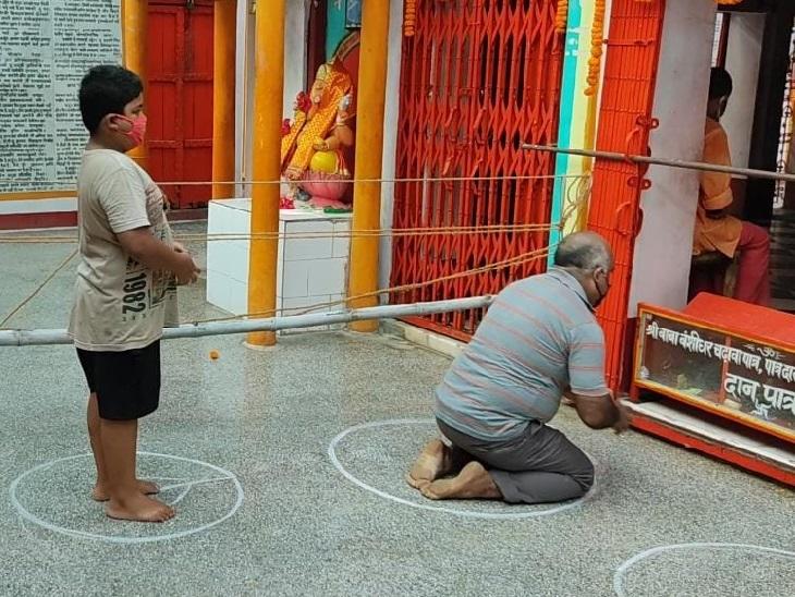 गढ़वा के बंशीधर मंदिर में पूजा करते श्रद्धालु।